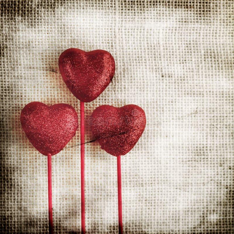 Fondo di giorno di biglietti di S. Valentino con i cuori immagini stock