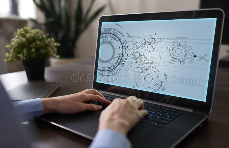Fondo di ingegneria con il progetto degli ingranaggi sullo schermo virtuale Innovazione di affari e concetto moderno di tecnologi fotografia stock libera da diritti