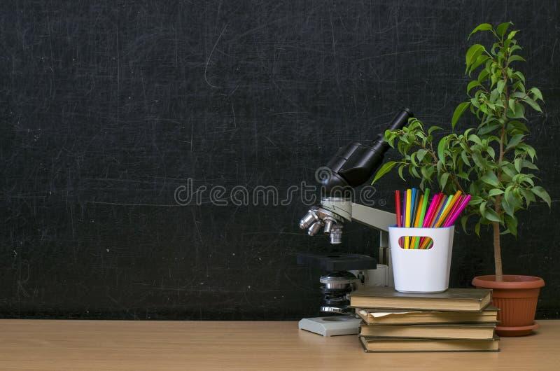Fondo di istruzione Di nuovo al concetto del banco Tavola dello scrittorio dello studente o dell'insegnante fotografia stock libera da diritti
