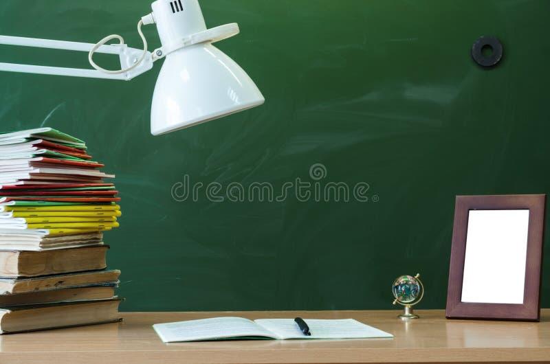 Fondo di istruzione Tavola dello scrittorio dello studente o dell'insegnante Concetto di formazione Di nuovo al banco immagine stock