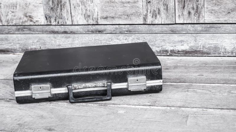 Fondo di legno di affari della società di cuoio nera della cartella fotografia stock libera da diritti