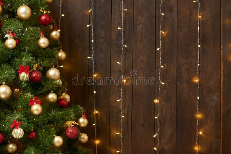 Fondo di legno astratto con l'albero di Natale e luci, contesto interno scuro classico, spazio della copia per testo, raggiro di  immagini stock libere da diritti