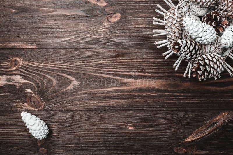 Fondo di legno di Brown con struttura Coni di abete decorativi Amicizia, nuovo anno e natale immagini stock libere da diritti