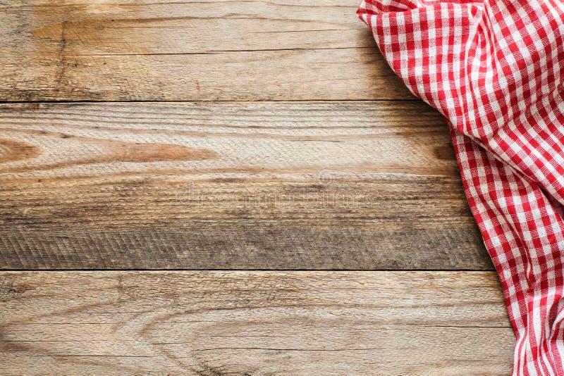 Fondo di legno con il tessuto rosso e bianco immagine stock libera da diritti