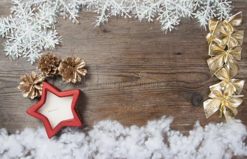 Fondo di legno con la neve di inverno e le decorazioni di Natale sopra immagine stock