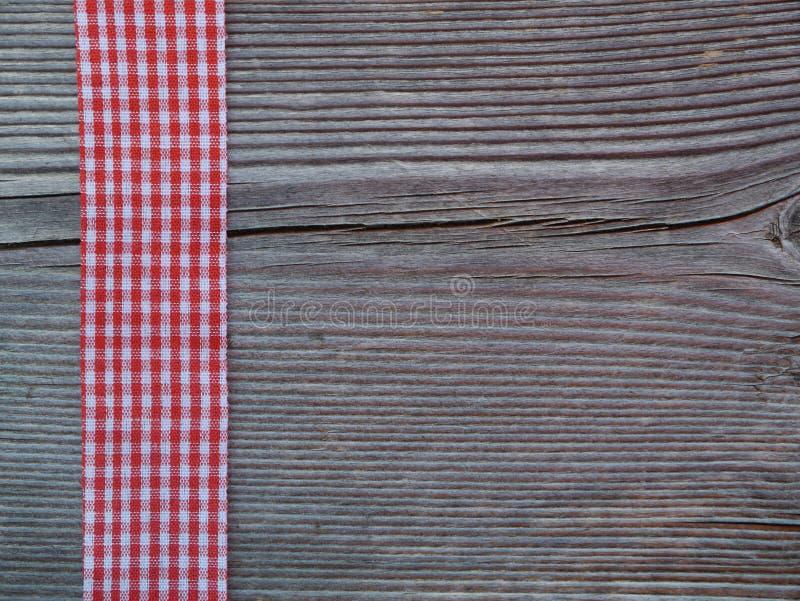 Fondo di legno con un nastro controllato immagini stock