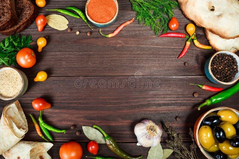 Fondo di legno culinario con le verdure fresche dell'azienda agricola fotografia stock libera da diritti