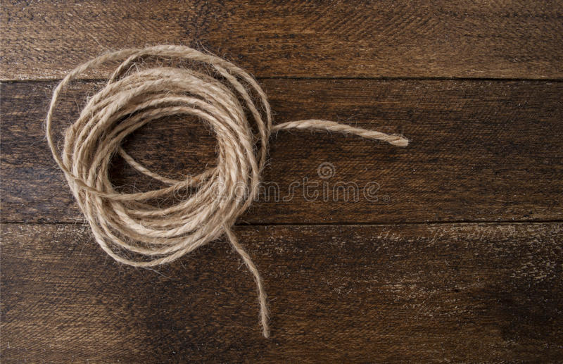 Fondo di legno d'annata con la corda della canapa immagine stock