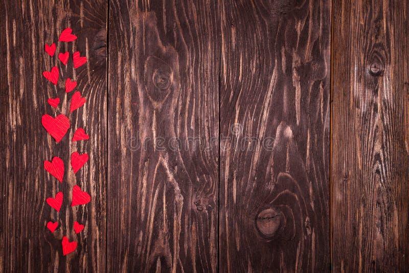 Fondo di legno dei piccoli cuori rossi immagini stock libere da diritti