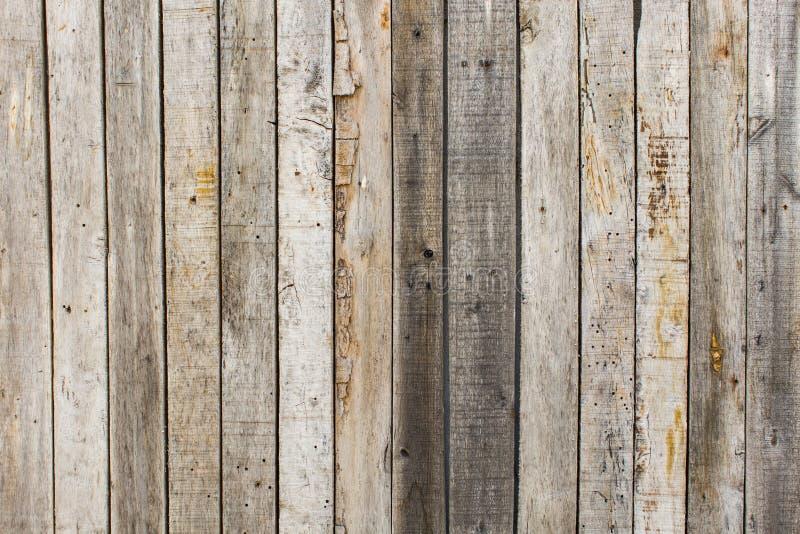 Fondo di legno del granaio stagionato rustico con i nodi ed i fori di chiodo fotografie stock libere da diritti