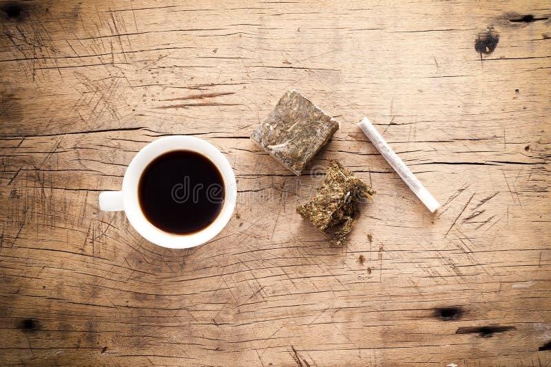 Fondo di legno del rotolo dell'hashish della marijuana dell'erbaccia immagini stock libere da diritti