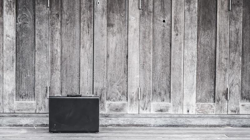 Fondo di legno della cartella di cuoio nera di affari fotografia stock libera da diritti