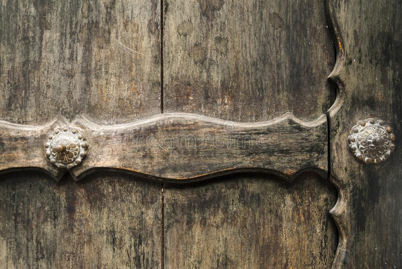 Fondo di legno della plancia della porta vecchio e dettaglio esteriore di metallo fotografie stock
