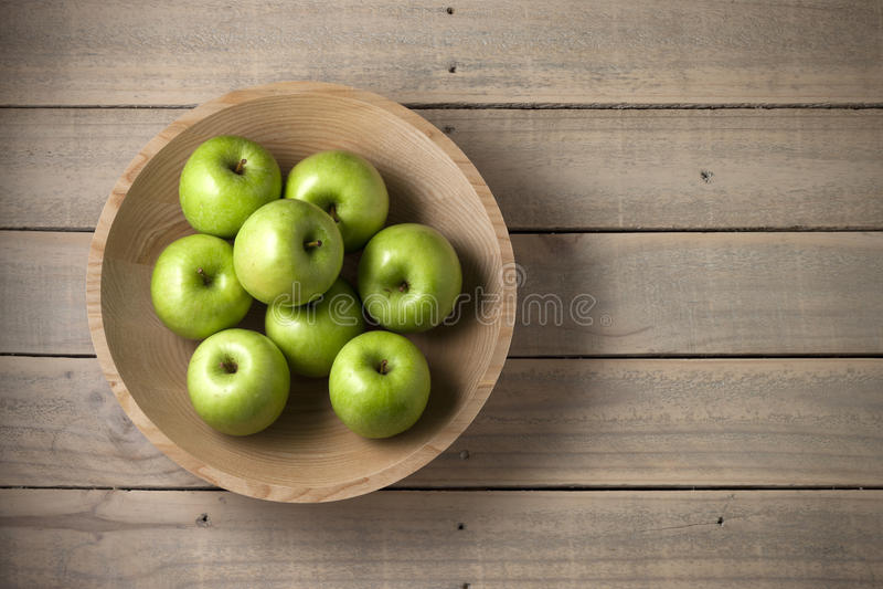 Fondo di legno delle mele della ciotola fotografia stock libera da diritti