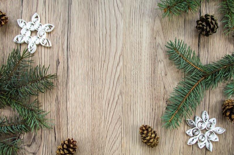 Fondo di legno di Natale con l'albero di abete ed i fiocchi di neve fatti a mano Disposizione piana, vista superiore immagini stock libere da diritti