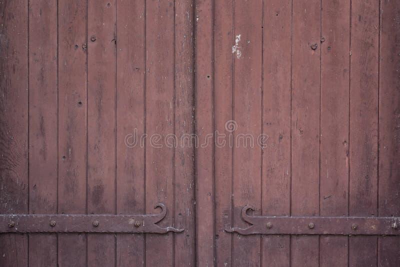 Fondo di legno di struttura, porta rossa fotografia stock
