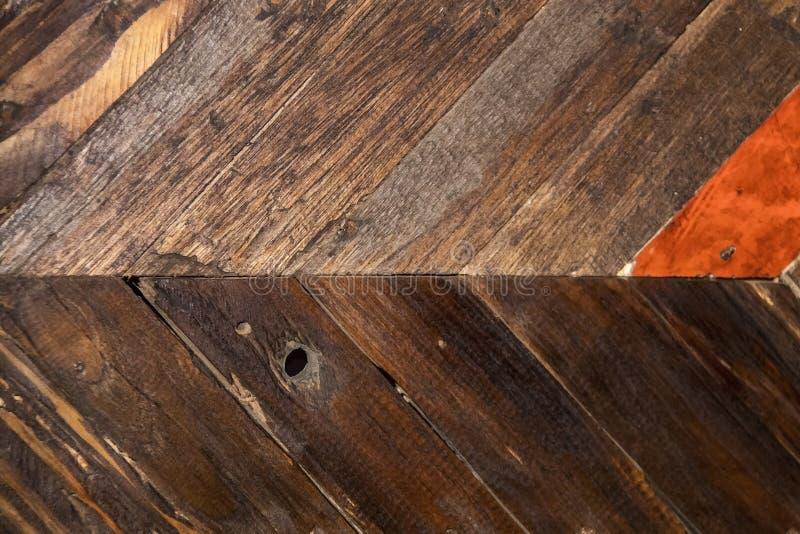 Fondo di legno diagonale approssimativo con knothole - verticale - colori naturali con la plancia rossastra fotografia stock