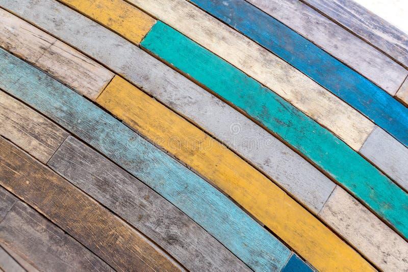 Fondo di legno dipinto variopinto di struttura, colori rustici e fondo di legno curvo fotografie stock