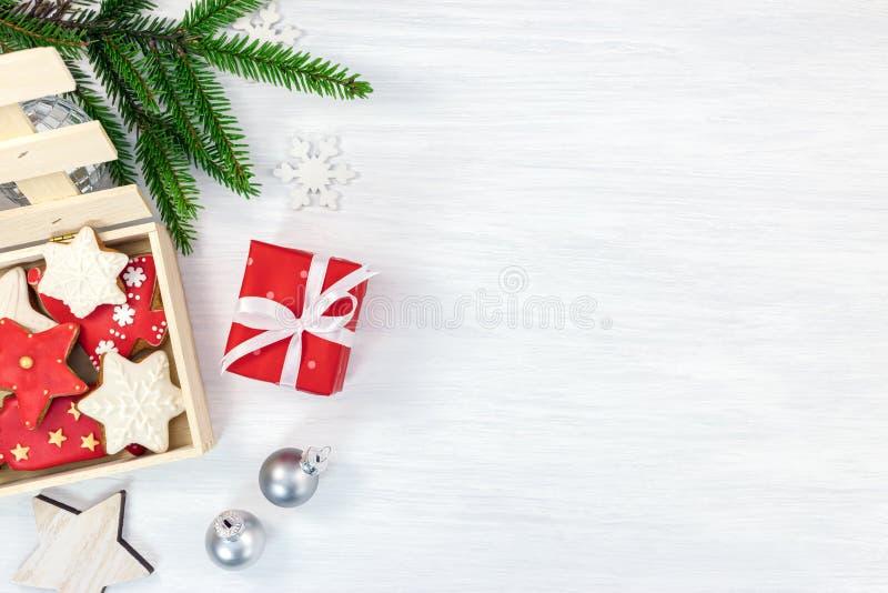 Fondo di legno festivo con il contenitore di regalo, ging fatto a mano di Natale fotografia stock libera da diritti