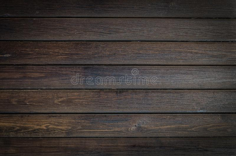 Fondo di legno marrone scuro, struttura orizzontale della plancia Fine sulle bande di legno fotografia stock
