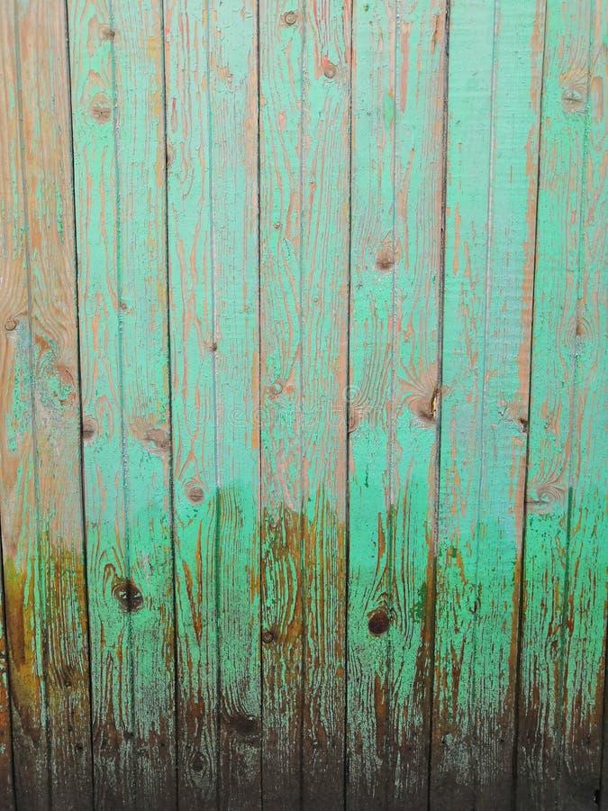 Fondo di legno di menta marrone scuro - vecchia facciata di legno dipinta fotografie stock libere da diritti
