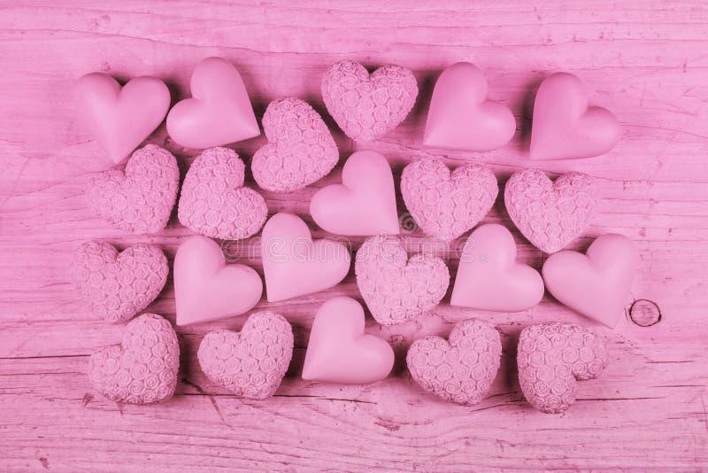 Fondo di legno rosa per il giorno di biglietti di S. Valentino con una collezione di h immagini stock
