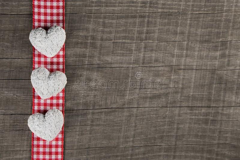Fondo di legno rustico con la struttura e il thre a quadretti bianchi rossi fotografie stock