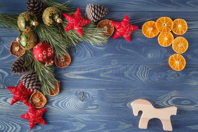 Fondo di legno rustico del nuovo anno o di Natale con il decorati del giocattolo immagini stock libere da diritti