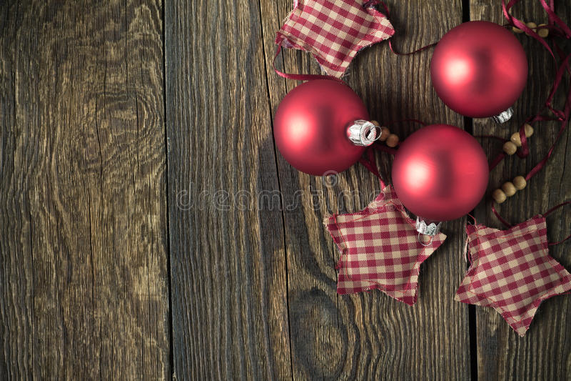 Fondo di legno rustico di Natale con le palle rosse fotografia stock libera da diritti