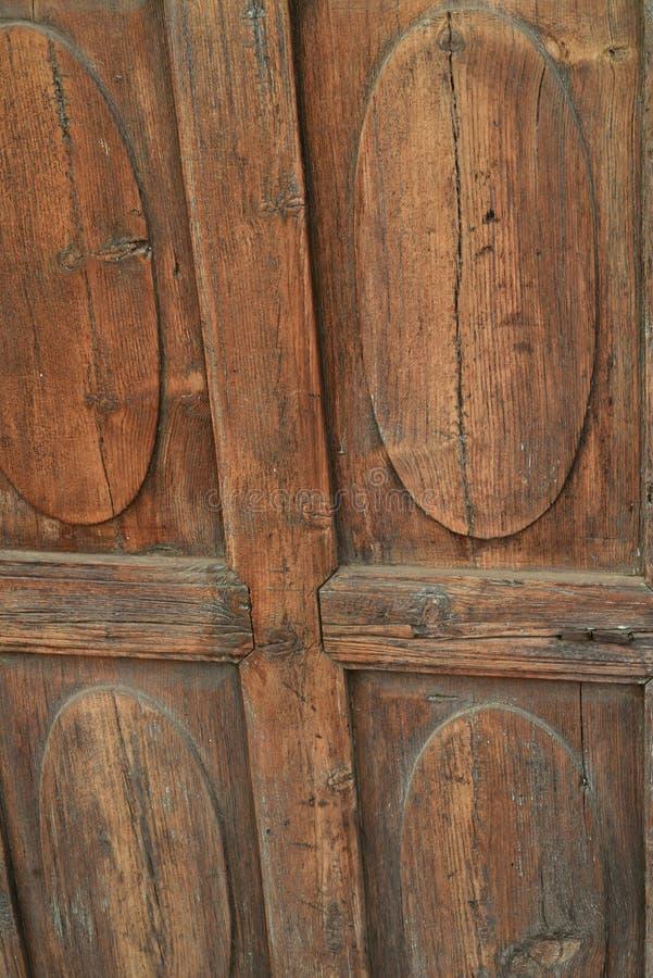 Fondo di legno scolpito antiquato della porta fotografia stock