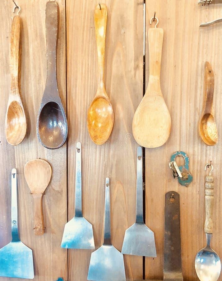 Fondo di legno senza i cucchiai ed i cucchiai di alluminio immagine stock