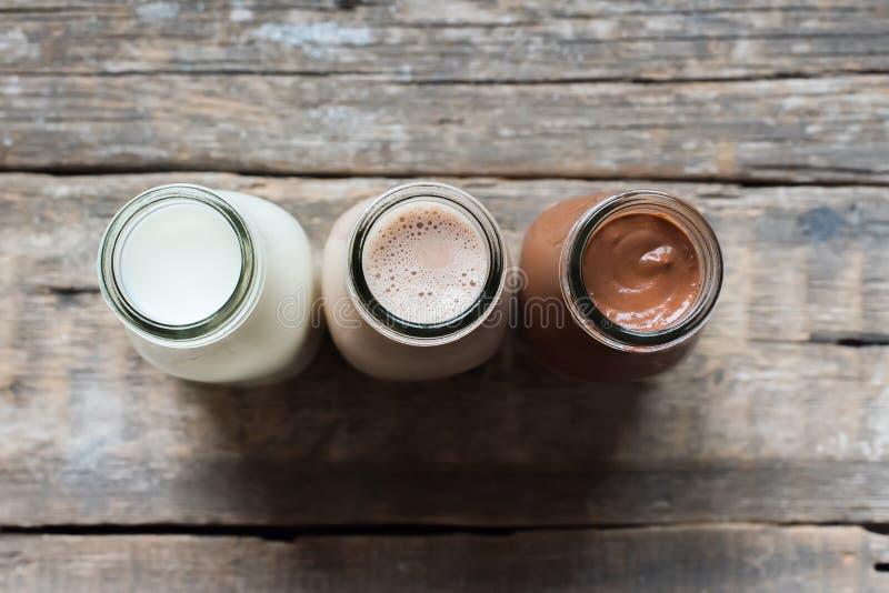 Fondo di legno specie della bottiglia differente della bevanda di tre fotografia stock libera da diritti
