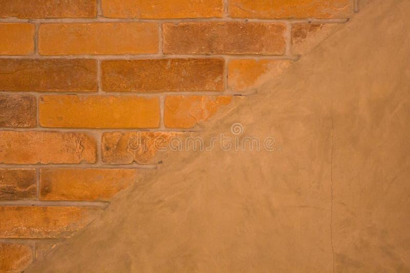 Fondo di lerciume, parete luminosa del gesso di struttura rossa del muro di mattoni fotografie stock libere da diritti