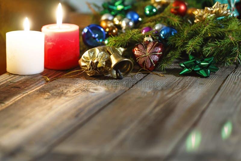 Fondo di Natale, albero di abete, regali, candele, regali Bokeh festivo Bokeh di natale Scintillio dell'oro, neve che cade, fiocc immagini stock libere da diritti