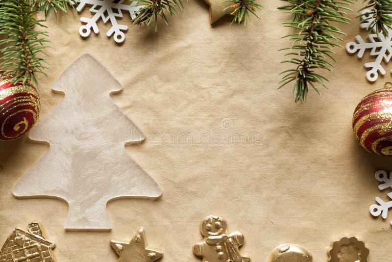 Fondo di Natale - albero attillato e decorazioni di natale fotografia stock