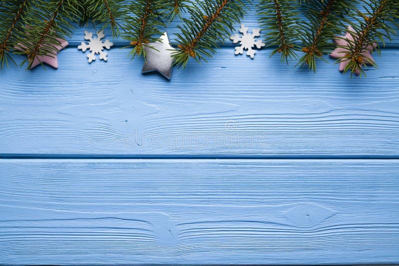 Fondo di Natale - albero, stelle e fiocchi di neve attillati immagini stock