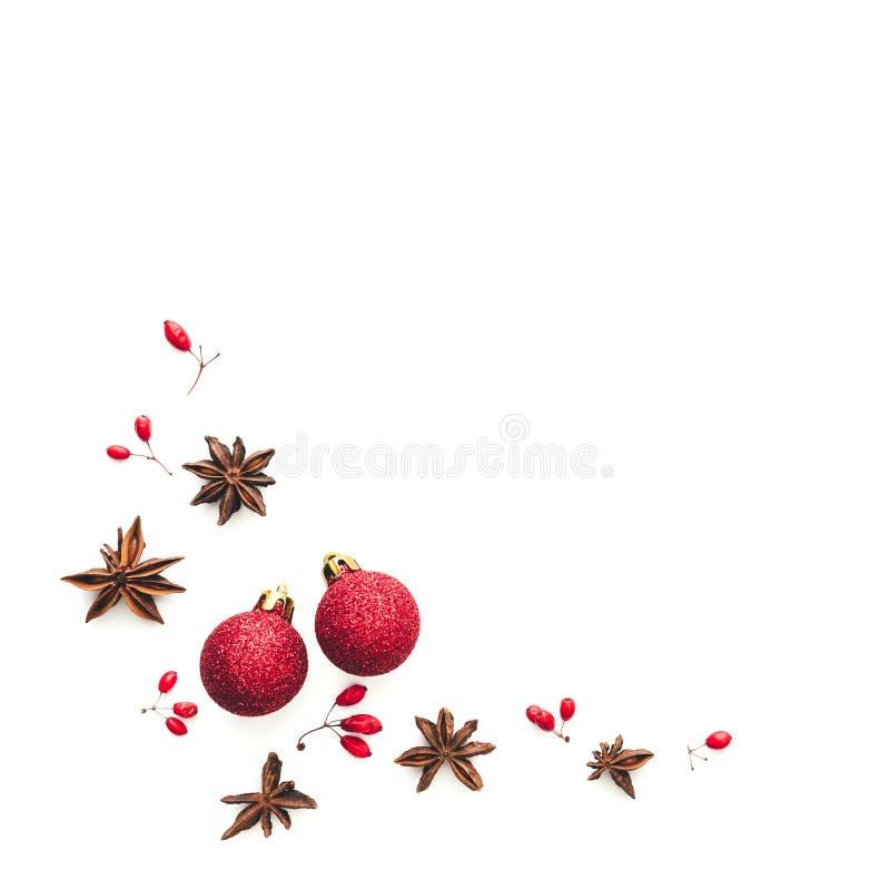Fondo di Natale con Anise Stars, le bagattelle di Natale e le bacche rosse fotografia stock libera da diritti