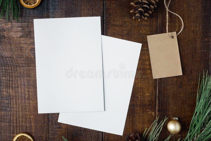 Fondo di Natale con due carte in bianco, prezzo da pagare e decorat fotografie stock