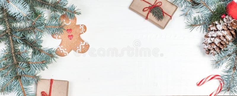 Fondo di Natale con gli elementi della decorazione di festa, presente immagine stock libera da diritti