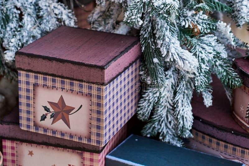 Fondo di Natale con i contenitori di regalo sul pavimento sotto l'albero di Natale a casa fotografia stock