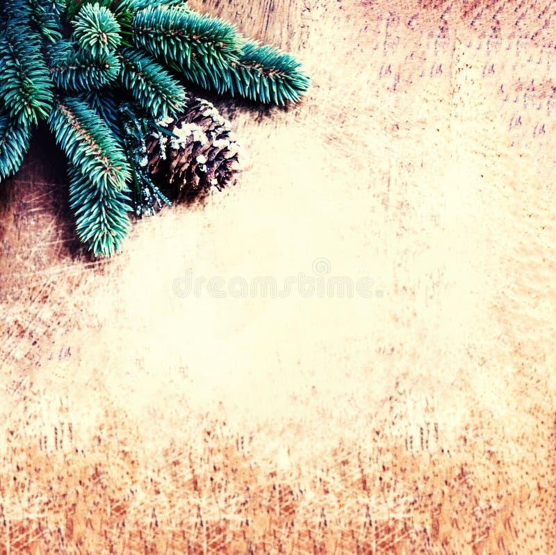 Fondo di Natale con il ramo di albero dell'abete e decorazione su vint fotografie stock libere da diritti