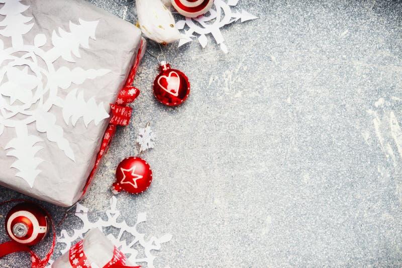 Fondo di Natale con l'involucro di regalo rosso bianco e le decorazioni festive di festa, vista superiore fotografia stock