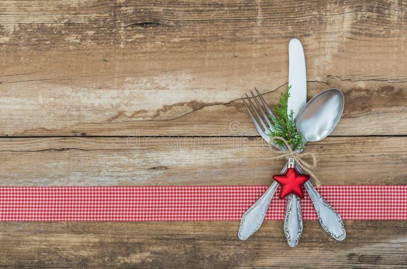 Fondo di Natale con la regolazione di posto dell'argenteria per la cena festiva di festa fotografia stock libera da diritti