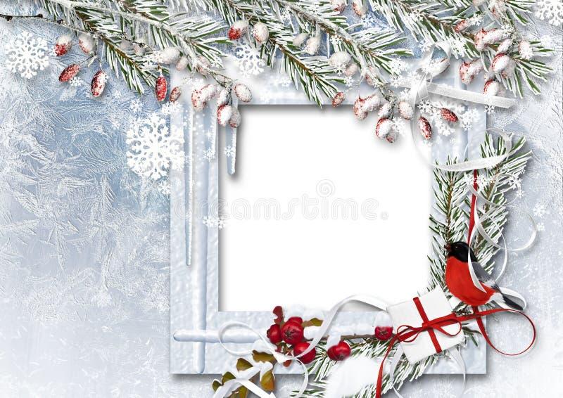Fondo di Natale con la struttura della foto, il ciuffolotto, i rami della neve e le bacche rosse illustrazione di stock