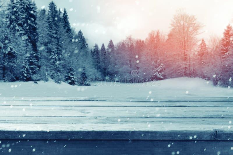 Fondo di Natale con la tavola vuota di legno sopra il paesaggio della natura di inverno immagine stock