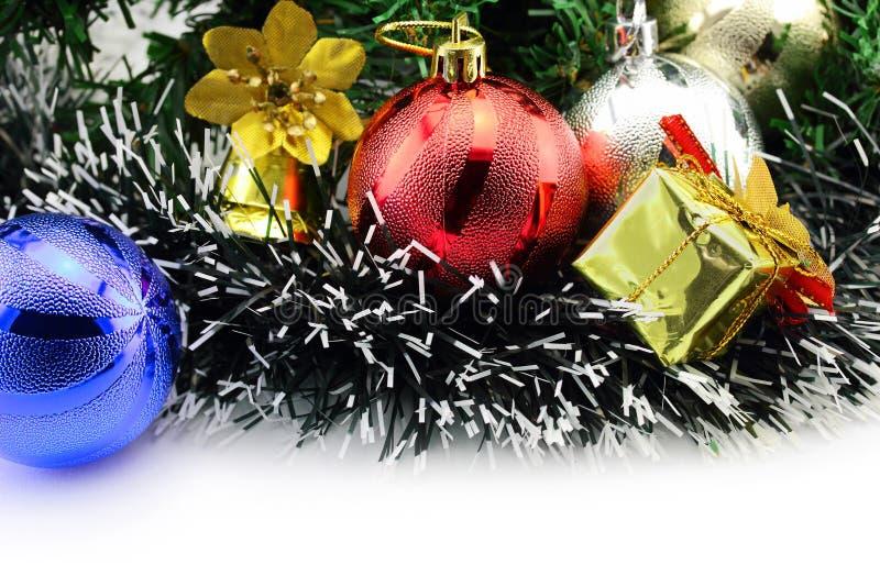 Fondo di Natale con un ornamento rosso e blu immagini stock libere da diritti
