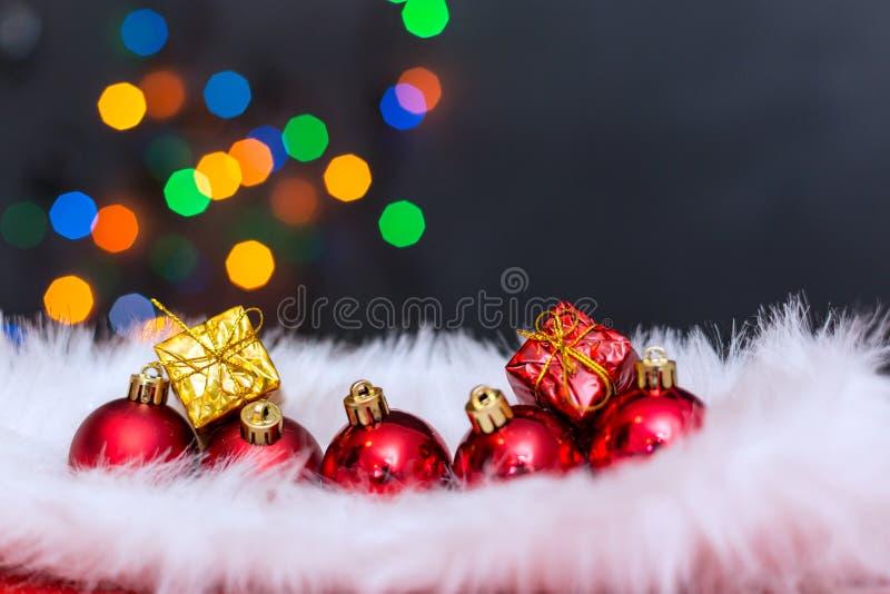Fondo di Natale con un ornamento rosso, un contenitore di regalo dorato e un fi royalty illustrazione gratis