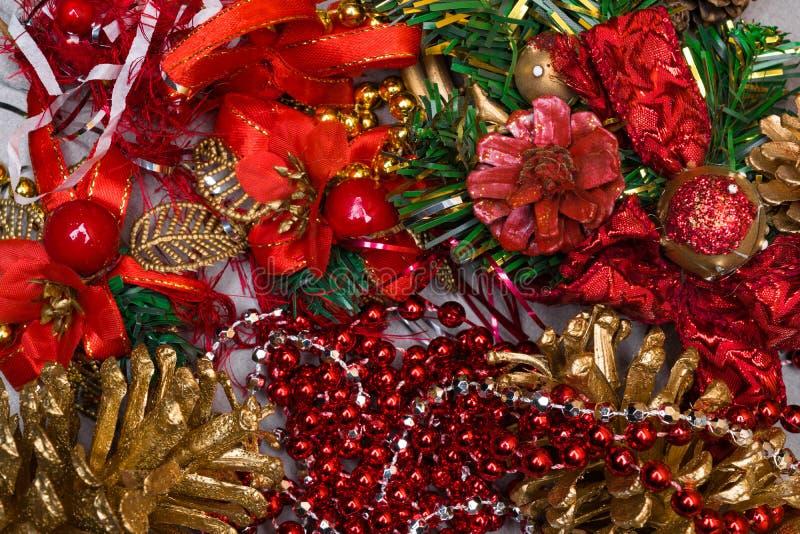 Fondo di Natale - fondo di decorazione rosso degli elementi di Natale Composizione in vista superiore e nella disposizione piana  fotografia stock libera da diritti