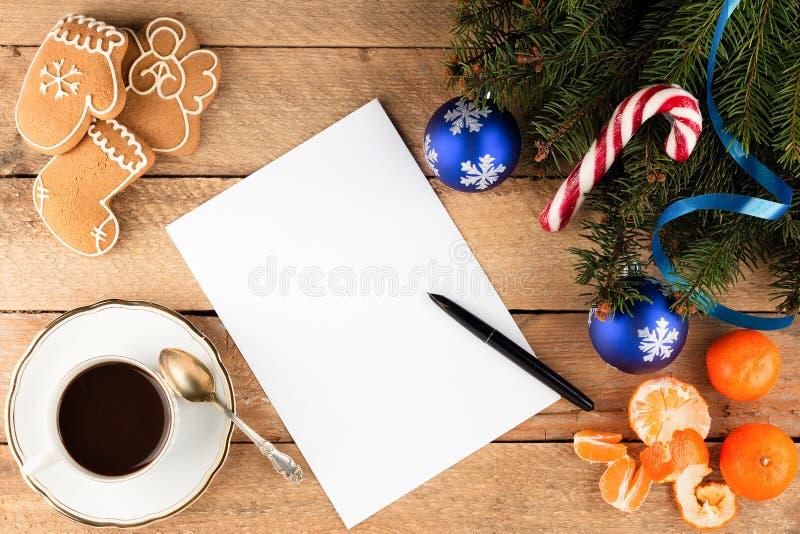 Fondo di Natale dei rami di albero dell'abete un foglio di carta su ol fotografie stock libere da diritti