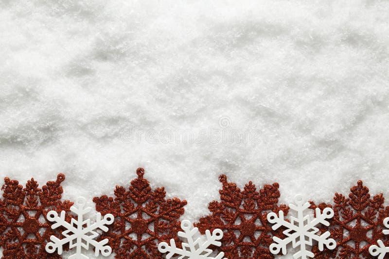 Fondo di Natale - fiocchi di neve su neve fotografie stock